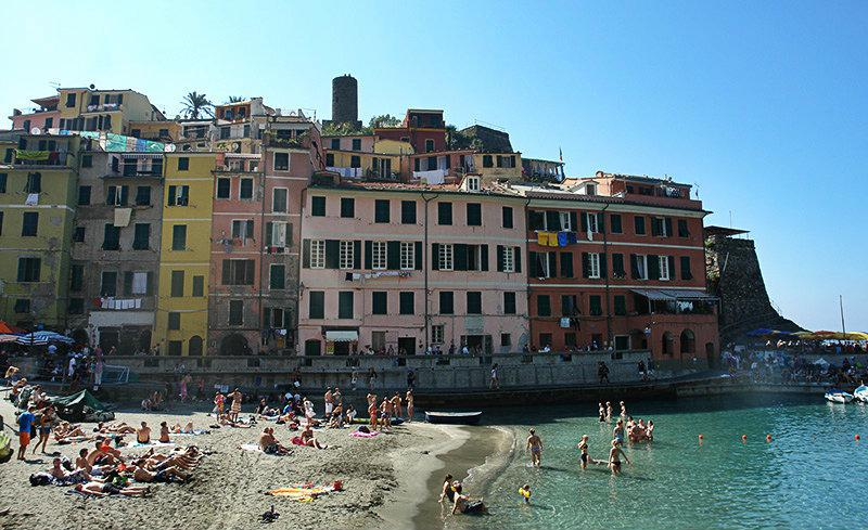Colorful houses directly by the sea in Vernazza, Cinque Terre