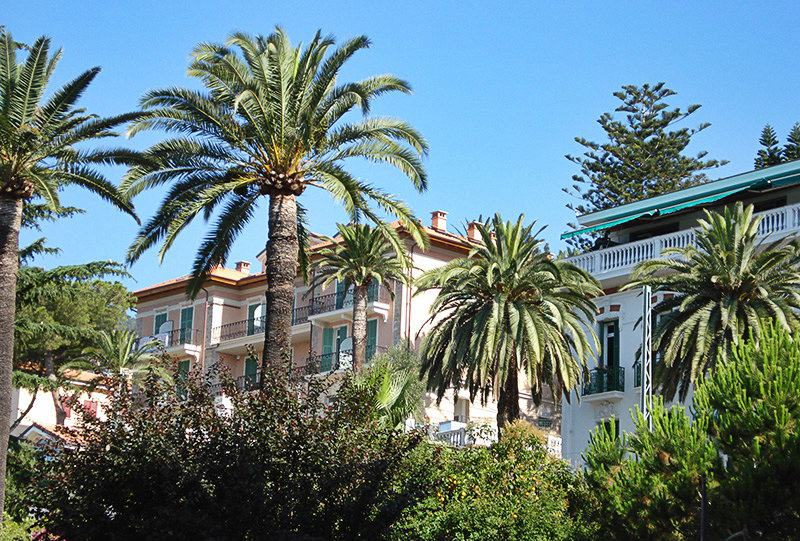 Beautiful villa in Ospedaletti in between palm trees
