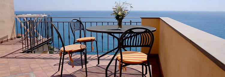 Holiday rental overlooking the sea, right in the middle of the lanes of Cervo in Liguria