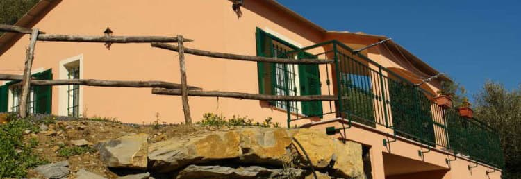 Detached holiday home in Liguria, directly from the owners, in a quiet location and next to the beach