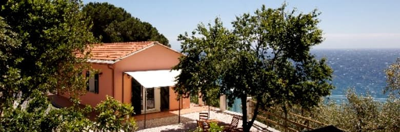 Detached holiday home, Villino Capo Berta, directly by the sea in Liguria