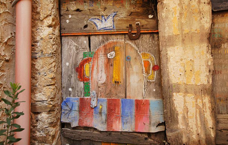 Een mooie geschilderde deur in Valloria, Ligurië