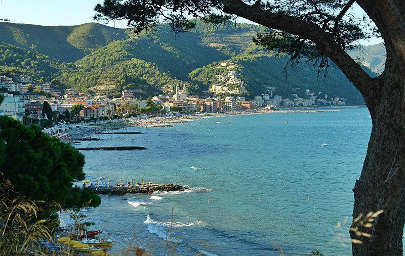 Gezicht op een prachtige stad Laigueglia in Ligurië