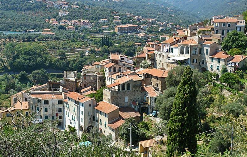 Een uitzicht op de prachtige bergdorp Dolcedo