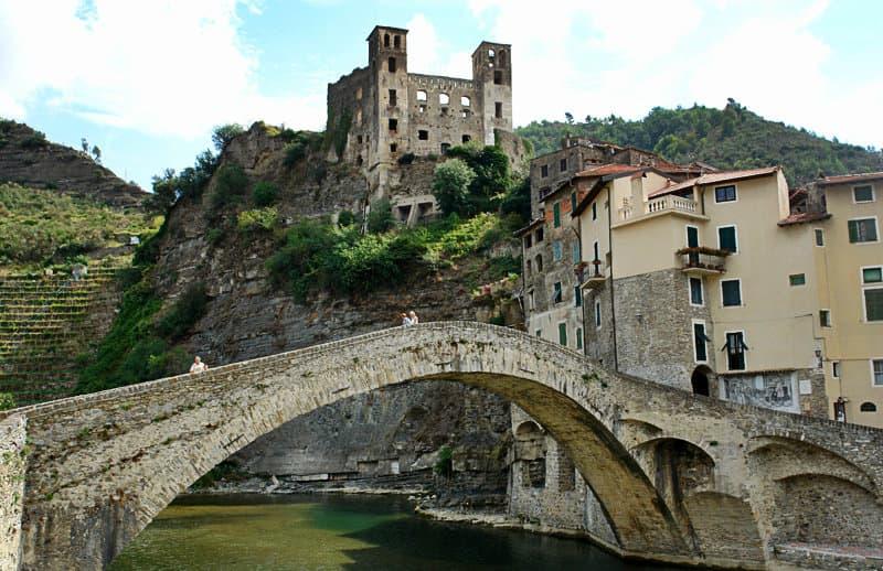 De Nervia brug is een toeristische attractie in Dolceacqua