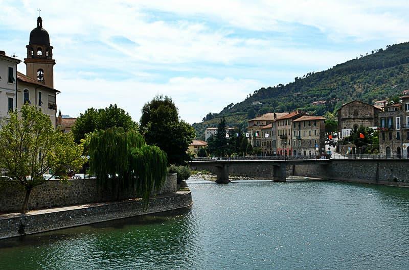 Een rivier in Dolceacqua in Ligurië