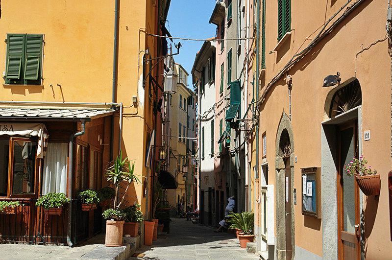 Een romantische straat in Portovenere, Ligurië