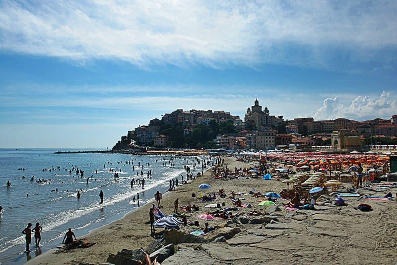 Mensen genieten van de zon op het strand van Imperia