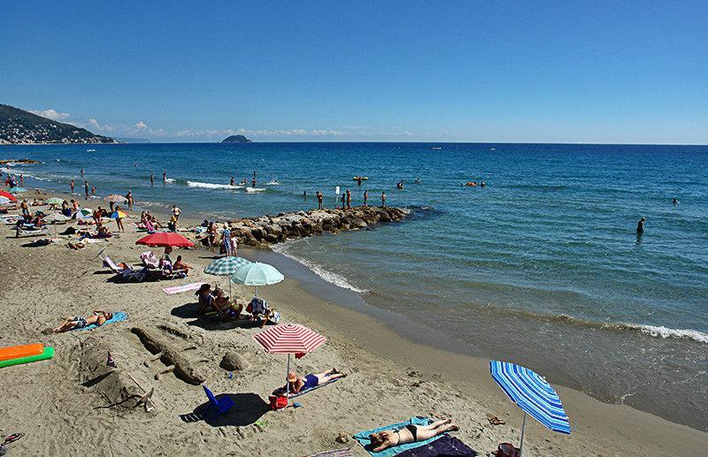 Een prachtig uitzicht op een strand in Laigueglia