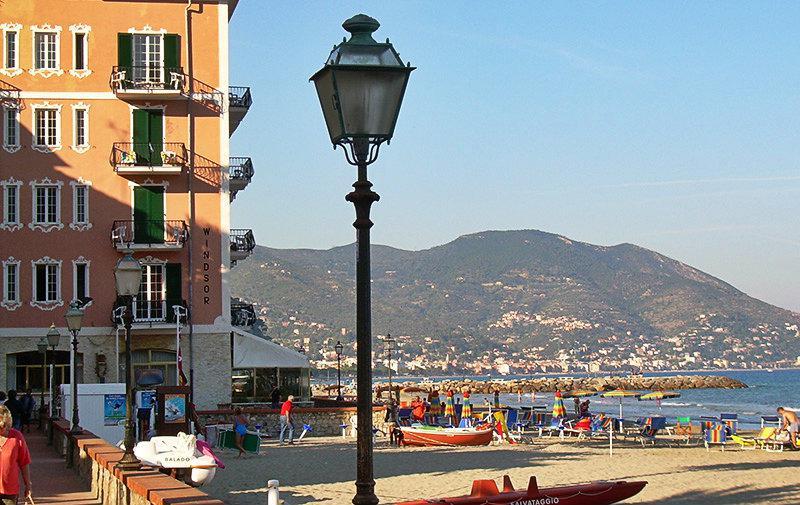 Een mooie mening van Laigueglia en de stranden