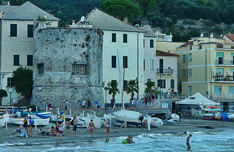 Een toren direct aan de kust in Laigueglia