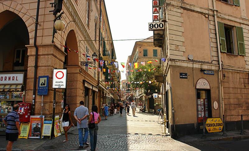 Eine Straße in Sanremo voll von Cafés, Restaurants und Bars