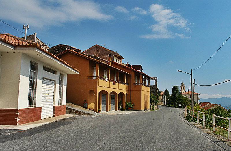 Een mooie straat in Onzo