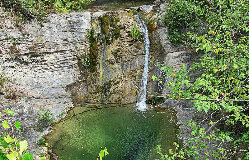 A lake for a good swim with a waterfall in Molini di Triora