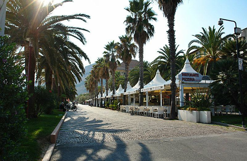 Straße mit Palmen in Finale Ligure