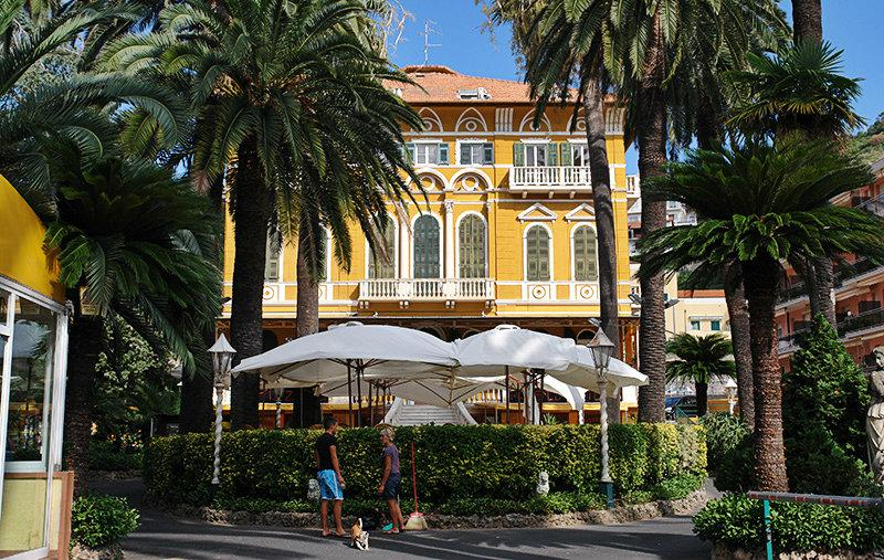 A beautiful villa in Pietra Ligure in between palm trees